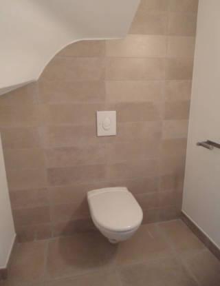 Pose de carrelage dans les toilettes